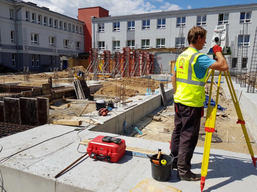 Geodeta wykonuje pomiary geometryczne w Zabrzu podczas budowy szpitala SOR